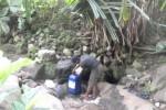 Seorang warga Wonorejo, Gondangrejo, sedang mengambil air dari mata air yang berada di Grenjeng, Dayu, Gondangrejo, Rabu (21/1/2015). Mata air tersebut diyakini warga setempat sebagai mata air yang sudah berumur tua. Bahkan ada anggapan mata air tersebut sudah muncul sejak zaman puba. (Bayu Jatmiko Aji/JIBI/Solopos)