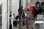 para penyidik polisi melakukan olah tempat kejadian perkara serangan terhadap kantor redaksi majalah Charlie Hebdo di Paris, Rabu (7/1/2015). (JIBI/Solopos/Reuters/Philippe Wojazer)