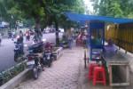 Pedagang kaki lima (PKL) membuka lapak di trotoar Jl. Sukowati, tepatnya di depan Lapas Kelas II Sragen, Selasa (27/1). PKL meminta tempat khusus untuk berjualan. (Irawan Sapto Adhi/JIBI/Solopos)