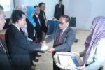 Ketua STIE Surakarta Sunarto Isstianto (kanan) memberikan ucapan selamat kepada pejabat struktural yang baru saja dilantik di kampus setempat, Senin (5/1/2015). (Shoqib Angriawan/JIBI/Solopos)