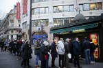 Pembeli antri untuk membeli Charlie Hebdo di Prancis (Reuters)