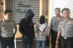 Pelaku pembuangan bayi di Tasikmadu diamankan di Polres Karanganyar, Senin (19/1/2015). Mereka adalah F (kedua dari kiri) dan MS (ketiga dari kiri) warga Tasikmadu. (Bayu Jatmiko/JIBI/Solopos)