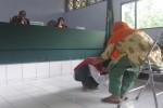 Riswanto, 24 terdakwa kasus pembunuhan nenek Ngatiyem, menangis dan bersimpuh memohon ampun di depan anak korban Sutinem, 46, yang sedang memberikan kesaksian dalam sidang di PN Boyolali, Rabu (21/1/2015). (Irsyam Faiz/JIBI/Solopos)