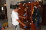 Sartono, 53, pemilik rumah di Jl. Pajajaran Utara I No.17 Sumber, Kecamatan Banjarsari, Solo menunjukan lemari pakaian yang sempat diobok-abok pelaku perampokan yang memasuki rumahnya, Sabtu (24/1/2015) pagi. (Arif Fajar/JIBI/Solopos)
