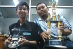 Mahasiswa Teknik Elektro Fakultas Teknik (FT) Universitas Muhammadiyah Surakarta (UMS), Rheksi Hermawan (kiri) dan dosen pendamping, Hasyim Asyari (kanan), menunjukkan robot dan piala yang mereka raih dalam ajang Kompetisi Nasional Robot War of The Line Follower yang digelar di Politeknik Negeri Malang pada Sabtu-Minggu (10-11/1/2015). Foto diambil Selasa (13/1/2015). (Shoqib Angriawan/JIBI/Solopos)