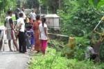 Sejumlah warga menyaksikan perbaikan jalan di Desa Tempel, Kecamatan Mondokan, Sragen, yang longsor hingga memakan separuh badan jalan, Rabu (28/1/2015). (Irawan Sapto Adhi/JIBI/Solopos)