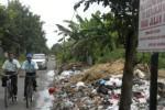 Pengguna jalan melintasi tumpukan sampah yang menggunung di jalan penghubung Desa Banaran dengan Desa Sanggrahan dan Desa Manang, Kecamatan Grogol, Rabu (21/1/2015).(Moh. Khodiq Duhri /JIBI/Solopos)