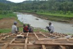Pekerja membuat tangga yang terbuat dari kayu di lokasi groundbreaking Waduk Pidekso di Dusun Cantel, Desa Pidekso, Kecamatan Giriwoyo, Wonogiri, Rabu (21/1/2015). (Bony Eko Wicaksono/JIBI/Solopos)