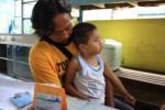 Widiyantoro, 37, warga Dukuh Panggil, RT 002/RW 001, Desa Sawit, Gantiwarno memangku putranya Rajata Danu Aji, 3, yang menderita hidrosefalus di salah satu warung sekitar RSUP dr. Soeradji Tirtonegoro, Selasa (6/1/2014). Kondisi kepala Rajata tak membesar lantaran terbantu selang untuk mengurangi cairan berlebih di kepala yang dipasang di tubuh bayi itu. (Taufiq Sidik/JIBI/Solopos)
