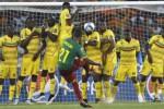 Pemain Mali menghadang tendangan pemain Cameroon Aurelien Chedjou. JIBI/Rtr/Amr Abdallah Dalsh