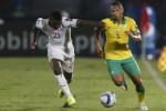Pemain Senegal Gassama (L) berduel lawan Andile Jali dari timnas Afsel. JIBI/Rtr/Mike Hutchings