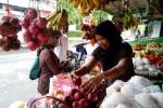 Seorang pedagang buah di depan Stasiun Wates merapikan buah apel merah yang sudah beberapa hari ini tidak laku lantaran isu bakteri pada buah impor asal Amerika, Rabu (28/1/2015). (JIBI/Harian Jogja/Holy Kartika N.S.)