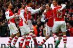 Alexis Sanches berselebrasi bersama rekan setimnya seusai menciptakan gol ke gawang Stoke. (JIBI/Reuters/Eddie Keogh)