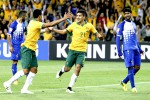 Pemain Australia Massimo Luongo (tengah) merayakan gol bersama rekan setimnnya Tim Cahill seusai menjebol gawang Kuwait di laga Asian Cup Grup A. JIBI/Reuters/Brandon Malone