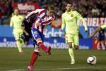Striker Atletico Fernando Torres menendang bola ke gawang Barcelona. JIBI/Rtr/Juan Medina
