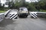 Pengendara mobil melintasi Jembatan Jetak di Desa Tegalrejo, Kecamatan Sawit, Boyolali, Jumat (23/1/2015). Warga memblokade jembatan tersebut dengan portal yang dibangun dengan beton sekitar dua pekan yang lalu. (Muhammad Irsyam Faiz/JIBI/Solopos)