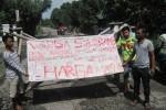 Warga Dukuh Sukorame, Desa Krajan, Delanggu, Klaten,  memasang bambu serta spanduk bertuliskan sikap penolakan kendaraan berat melintas jalur lingkar Delanggu, Jumat (23/1/2015). (Taufiq Sidik Prakoso/JIBI/Solopos)