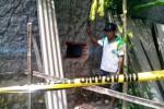 Petugas Keamanan BMT Amanah Weru Sukoharjo, Suyamto, 47, menunjukkan lubang di tembok kantor BMT setempat, Senin (26/1/2015). Diduga lubang itu digunakan kawanan pencuri untuk masuk dan keluar dari kantor BMT. (Rudi Hartono/JIBI/Solopos)