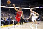 Forward Chicago Bulls Derrick Rose kehilangan kontrol bolanya saat dihadang Klay Thompson dari Golden State Warriors at ORACLE Arena, Oakland, California. Ist/nba.com