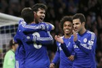 Pemain Chelsea Diego Costa merangkul Oscar seusai bikin gol ke gawang Newcastle. JIBI/Rtr/Stefan Wermoot