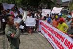 Aliansi Masyarakat Peduli Hukum (AMPUH) saat melakukan unjuk rasa di depan Kantor Bupati Sleman, Selasa (27/1/2015). (JIBI/Harian Jogja/Rima Sekarani I.N.)