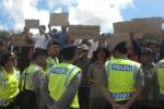 Puluhan warga terdampak pembangunan Waduk Gondang di Kerjo, Karanganyar, melakukan unjuk rasa di hadapan Gubernur Jawa Tengah, Ganjar Pranowo, saat mengunjungi lokasi pembangunan waduk, Kamis (29/1/2015). Mereka ingin pembebasan lahan segera dilakukan. (Bayu Jatmiko Adi/JIBI/Solopos)