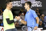 Petenis unggulan pertama asal Serbia Novak Djokovic (ka) bersalaman dengan lawannya Milos Raonic dari Kanada seusai bertarung di babak perampatfinal di Australian Open 2015. JIBI/Reuters/Athit Perawongmetha