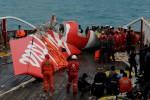 """Potongan bagian ekor pesawat AirAsia QZ8501 ditarik ke atas kapal Crest Onyx, setelah berhasil diangkat dari dasar laut dengan menggunakan """"floating bag"""" oleh tim penyelam gabungan TNI AL, di perairan Laut Jawa, Sabtu (10/1). (JIBI/Solopos/Antara/R. Rekotomo)"""