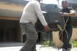 Petugas juru sita dari Pengadilan Negeri (PN) Sukoharjo mengeluarkan perabotan rumah milik Abi Ibrahim di Perumahan Griya Kusuma No. A-14, RT 006/RW 014, Gentan, Baki, Sukoharjo, Rabu (28/1/2015). (Moh. Khodiq Duhri/JIBI/Solopos)