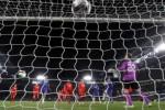 Pemain Chelsea Ivanovic (3dari kanan) membuat gol ke gawang Liverpool. JIBI/Rtr/Stefan Wermuth