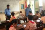 Kuntarti Puspandari (kanan) dan Prapta Triyana saat memberikan pengarahan kepada siswa siswi di SD Wonosari Baru, Rabu (21/1/2015). (JIBI/Harian Jogja/David Kurniawan)