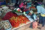 Seorang pembeli memilih dagangan dilapak pedagang sembako di Pasar tradisional Piyungan. Pada hari pertama berlakunya harga baru BBM, sejumlah harga kebutuhan pokok untuk non-pabrikan sudah mulai berguguran seperti sayuran, daging, telur, beras dan cabai. (JIBI/Harian Jogja/Endro Guntoro)