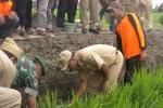 Bupati Karanganyar, Juliyatmono (dua dari kanan), meletakkan batu pertama pembangunan saluran irigasi di persawahan Brujul, Jaten, Selasa (20/1/2015). Program pembangunan tersebut merupakan program nasional yang dilakukan secara serentak dalam rangka meningkatkan swasembada pangan. (Bayu Jatmiko Adi/JIBI/Solopos)