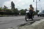 Pengguna jalan melintasi permukaan aspal yang bergelombang di sekitar pita kejut di jalan Solo-Jogja, tepatnya di depan Markas Grup 2 Kopassus Kandang Menjangan, Kartasura, Sukoharjo, Sabtu (24/1). (Moh. Khodiq Duhri/JIBI/Solopos)