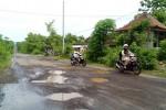 Pengendara roda dua mencoba menghindari jalan berlubang yang berada di kawasan industri Sentolo, di Dusun Salam, Desa Salamrejo, Rabu (21/1/2015). (JIBI/Harian Jogja/Holy Kartika N.S.)