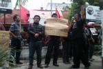 Sejumlah orang dari berbagai LSM di DIY berdemonstrasi depan kantor DPD PDIP DIY (JIBI/Harian Jogja/Ujang Hasanudin)