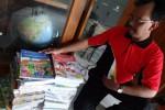 Kepala SD Mustokorejo di Maguwoharjo, Depok, Sleman, Marsudi menunjukkan buku-buku Kurikulum 2013 untuk semester genap yang sudah sampai ke sekolah, Jumat (23/1/2015). (JIBI/Harian Jogja/Rima Sekarani I.N.)