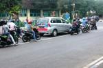 Beberapa kendaraan bermotor di traffic light Jalan Brigjen Katamso, Wonosari terlihat melanggar garis marka jalan. Polisi saat ini sedang menggalakan sosialisasi ketertiban berlalulintas guna menakan angka kecelakaan. Rabu (28/1/2015). (JIBI/Harian Jogja/David Kurniawan)