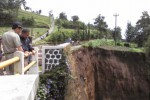 Kondisi tanah longsor di Jalur SSB tepatnya di Desa Samiran, Kecamatan Selo, Senin (26/1). Longsor yang terjadi Minggu (25/1/2015) itu menggerus tebing setinggi 35 meter. (Irsyam Faiz/JIBI/Solopos)