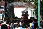 Warga menyiramkan air saat ritual membersihkan sendang Mbah Meyek di Bibis Kulon, Gilingan, Solo, Kamis (22/12/2011). Ritual membersihkan sendang tersebut dengan menyiramkan air ke sesama warga sebagai bentuk ngalap berkah atau mencari berkah. (Burhan Aris Nugraha/JIBI/Solopos)