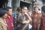 Menteri Koperasi dan UKM, Anak Agung Gende Ngurah Puspayoga (keempat dari kiri) dan Menteri Perdagangan Rahmat Gobel (kedua dari kanan) mendengarkan penjelasan mengenai kondisi Pasar Klewer pascakebakaran dari Dinas Pengelolaan Pasar (DPP) Solo, Sabtu (3/1/2015), di Pasar Klewer. (Muhammad Ismail/JIBI/Solopos)