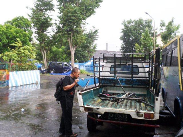 Seorang warga melihat mobil pick-up berpelat nomor AD 1934 KG yang terlibat kecelakaan lalu lintas tunggal di Tanjakan Tritis, Desa Jatirejo, Kecamatan Giritontro di halaman belakang Mapolres Wonogiri, Minggu (25/1). Kecelakaan lalu lintas itu mengakibatkan satu penumpang meninggal dunia. (Bony Eko Wicaksono/JIBI/Solopos)