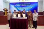 Frederica Widyasari Dewi (kedua dari kiri), Bukhori (ketiga dari kiri) dan Jefry Hendri (keempat dari kiri) menunjukkan surat kerjasama galeri investasi yang telah ditandatangani di ruang auditorium UPY, Kamis (15/1/2015). (JIBI/Harian Jogja/Bernadheta Dian Saraswati)