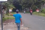 Pengelola penginapan di kawasan objek wisata Telaga Sarangan, Magetan, jatim, tengah menjaring para tamu. (JIBI/Solopos/Aries Susanto)