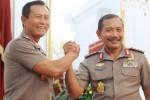Mantan Kapolri Jenderal Pol Sutarman (kanan) melakukan salam komando dengan Plt Kapolri Komjen Pol Badrodin Haiti (kiri) di Istana Merdeka, Jakarta, Jumat (16/1/2015). (JIBI/Solopos/Antara/Setpres-Rusman)