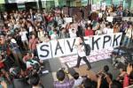 oalisi Masyarakat Sipil Anti Korupsi menyusun poster bertuliskan 'SAVE KPK' di Jakarta, Jumat (23/1/2015). Mereka menuntut Mabes Polri membebaskan Wakil Ketua KPK Bambang Widjojanto yang ditangkap pihak kepolisian. (Rahmatullah/JIBI/Bisnis)