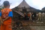 Seorang anak menyaksikan petugas mengevakuasi rumah di Dukuh/Desa Banyurip, Kecamatan Sambungmacan, Sragen, yang roboh terempas angin ribut, Minggu (26/1/2015). (Irawan Sapto Adhi/JIBI/Solopos)