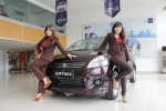 Dua orang sales promotion girl (SPG) sedang berpose di depan Suzuki Ertiga, Rabu (21/1/2015). Suzuki masih mengandalkan penjualan Ertiga tahun ini dengan target 17% penguasaan market share penjualan mobil di DIY. (JIBI/Harian Jogja/Abdul Hamied Razak)