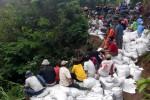 Puluhan orang yang terdiri atas personel Badan Penanggulangan Bencana Daerah (BPBD), TNI, muspika, sukarelawan, dan warga bergotong-royong memperkuat talut jurang Maling Mati di akses jalan yang menghubungkan Desa Sidorejo dan Tegalmulyo, Kecamatan Kemalang, Klaten, Minggu (18/1/2015). Jurang itu longsor akibat hujan deras, Jumat (16/1/2015). (Istimewa)