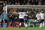 Pemain Valencia berselebrasi seusai bikin gol ke gawang Sevilla. JIBI/Rtr/Heino Kalis